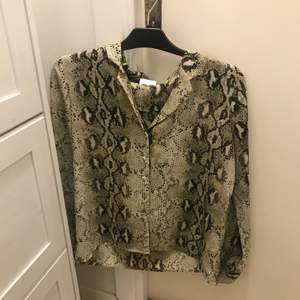 """En blus i """"snake"""" mönster. Köptes på vila för något år sedan men är i ett väldigt fint skick! Säljes för 35 plus frakt💕"""