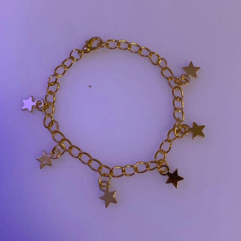 Jättefint guldigt armband med 6 stycken stjärnberlocker!🌸❤️. Accessoarer.