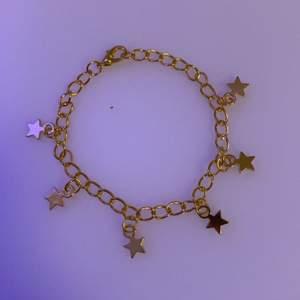 Jättefint guldigt armband med 6 stycken stjärnberlocker!🌸❤️