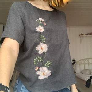 Super söt tröja från ONLY med broderade blommor. Knappt använd och i super fint skick! Passar mig som har S och M🌸