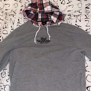 Säljer denna snygga Huf hoodien för 450kr. Använd typ 3 gånger, så den ser ut som sprillans ny✨ Nypris: 830kr Storlek: M Pris är exklusive frakt (frakt är 66kr)