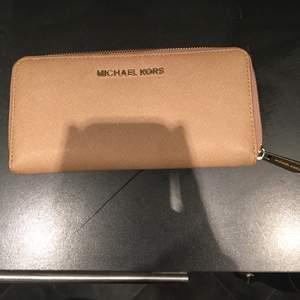 Beige plånbok från Michael kors.