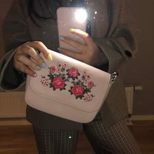 Så fin väska och älskar att den går att använda på flera sätt. Kommer dock aldrig till användning hos mig då jag har för många väskor 🙈 Skicka ett DM eller skriv i kommentarsfältet 🌸