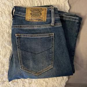 Säljer dessa snygga och sparsamt använda bootcut jeans från crocker, som ni ser är dom lite slitna längst ner men det är inget som syns när dem är på💕