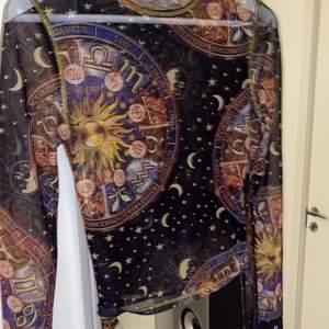 Väldigt populär tröja från Urban Outfitters. Den är slutsålt på alla ställen och extremt svår att få tag i.