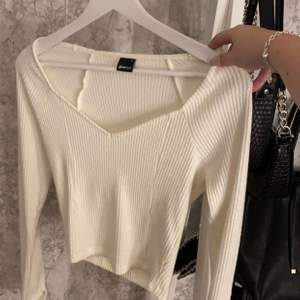 Helt ny gullig vit topp ifrån Gina tricot. Säljer pga att den ej används💕