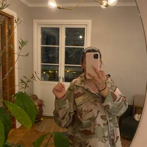 Säljer min sjukt snygga camo jacka som är köpt för några månader sedan. Det är ett tunnare tyg närmare skjort material men passar ändå till alla årstider då den e så snygg!! Kommer inte till användning längre därför säljer jag den. Köpte jackan för 400kr