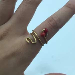 Säljer en fin guldig ring som ser ut som en orm med röda ögon 💖 justerbar och köparen står för frakten