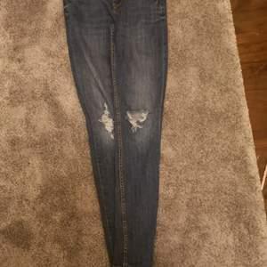 Ett par fina jeans i stl S med jätte fina sltnignar på knäna! Köpta för 150 säljer för 50+frakt! ❤️ Skriv privat för mer bilder och info!😘