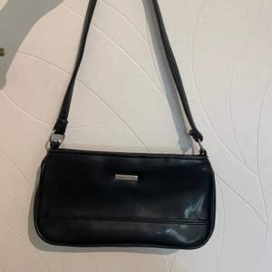 En fin baguettväska som min mamma köpte då hon var ung sedan dess har den bara stått på hyllan och inte andvänts här hemma, väskan är i bra skick och säljs för 80 kr där köparen står för frakten 💗