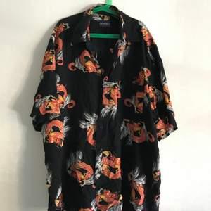 Hawaiiskjorta med drakar på. Storlek ca Medium, redigt skön.  Kan mötas i Stockholm annars står köpare för frakt
