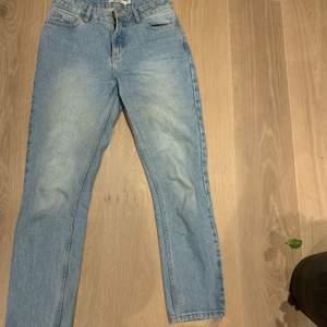 Lite raka jeans från nakd, supersnygg ljus färg. Storlek 36💕