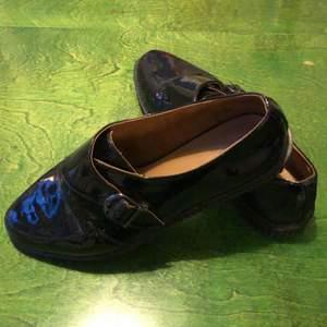 Snygga nästintill oanvända skor i konstläder. Strlk 37, men aningen små i storleken. Hämtas eller köparen betalar frakten.