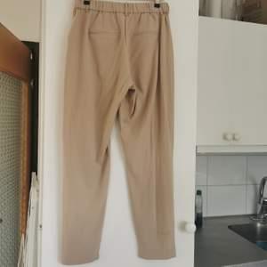 Beiga kostymbyxor från b.young, använda två gånger, nypris 499:-, strl xs, frakt ingår i priset ✨