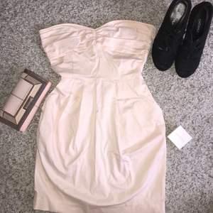 Rosa strapless klänning från mango. Storlek USA 4. Går att sätta fast axelband men har tyvärr inte dem.