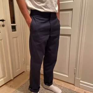Jätte snygga mörk blåa dickies byxor med inga slitningar och använt fåtal gånger. Säljer pågrund av de förstora. Ska sitta lite större på en och är riktigt sköna. Möts upp i malmö eller köparen står gör frAkten, 89kr