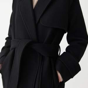 En jättefin och varm kappa från Wera. Köpt på Åhléns för 1500kr. Kommer i bra skick. 70% ull.