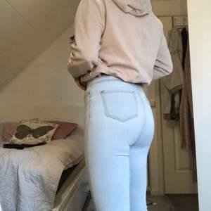 Fina ljusblåa jeans. Skinny modell i storlek 38, men är ganska stretchiga så lär passa storlek 36 också.