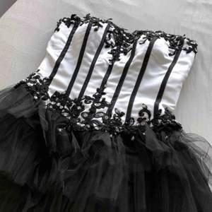 Säljer min balklänning. Sjukt fin och handgjord om jag minns rätt. Den är lite skitig på insidan men uppenbarligen syns det inte när man har på sig den. (Frakt tillkommer om den ska skickas)
