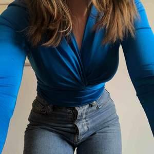 Heeeelt ny superfin blå body med lappen kvar. Den har inte kommit till användning:/  Buda❤️