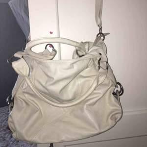 Äldre väska som enbart använts några gånger. Säljes då den inte kommer till användning.  Bud är välkommet. • Köparen står för frakt!