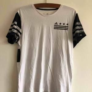 Adidas T-shirt 🔩 kan mötas i Jönköping annars står köparen för frakten