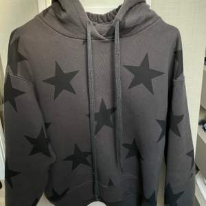 Säljer denna hoodie från sundry. ÄLSKAR denna super sköna hoodie och den passar till allt! Får dock tyvärr inte så mycket användning av den. Nypris runt 3000kr.💕