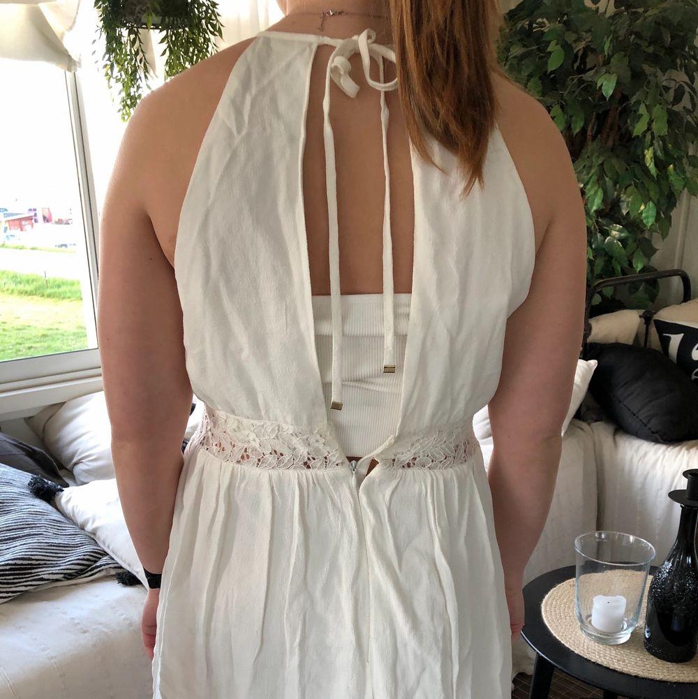 Vit klänning från BikBok i storlek L🌻 sönder i dragkedjan i ryggen!! 40kr plus frakt som köparen står för!. Klänningar.