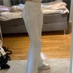 Stretchiga coola bootcut från zara med knappar & fickor fram. Något liten i storlek, går att vika upp de som jag gjort pga jag är kort eller så kan man klippa av de, eftersom de är fransiga längst ner skulle man inte märka det. Perfekta ifall man är lång🤩