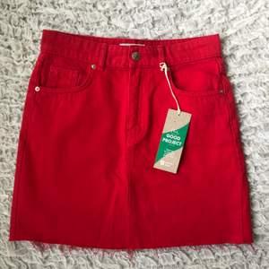 Skitcool röd kjol som tyvärr är för liten för mig🔥😭 Aldrig använd och lapp finns kvar. Priset är inklusive frakt❤️