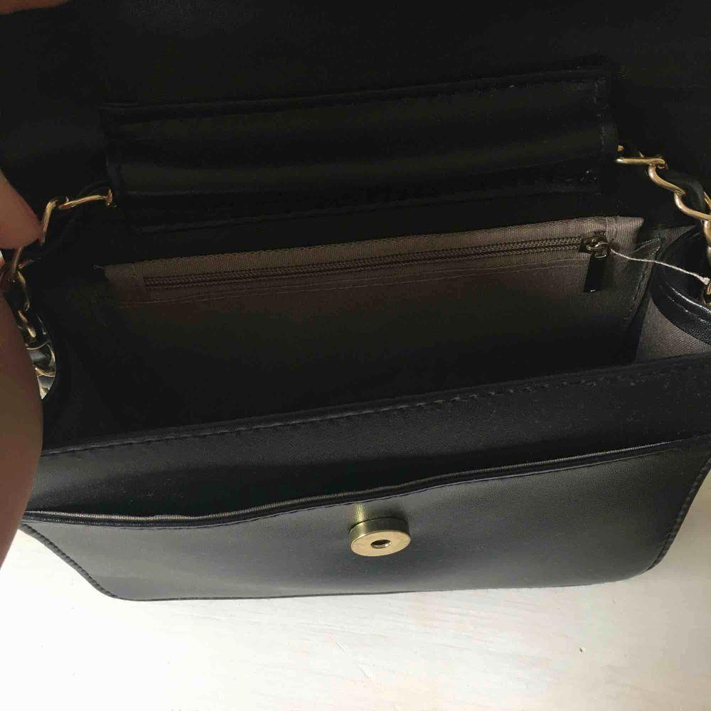 Snygg väska som funkar lika bra till shopping som fest🥰 Kan mötas upp och frakta, då tillkommer frakt🎀. Väskor.