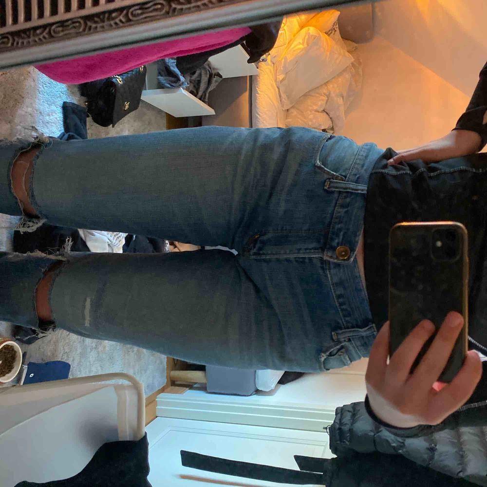 Super snygga vintage jeans som jag gjort hål på Skulle säga att de är 36/36 Lågmidjade Köpare står för frakt. Jeans & Byxor.