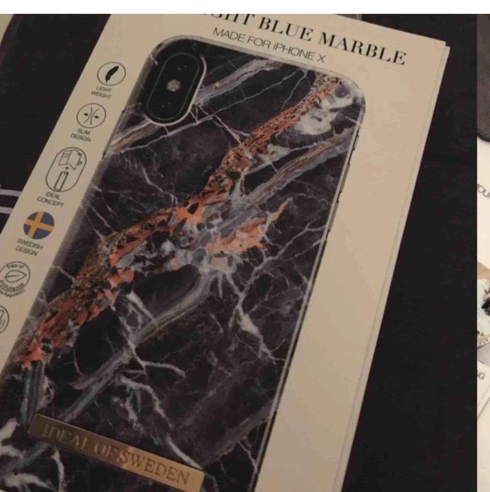 Köpte nyss detta skal från ideal of sweden till iPhone X. Hade tagit fel storlek. Den är helt oanvänd har inte ens tagit ut den ur paketet. Den är äkta. 🥰frakten är nu inkluderat så går inte lägre💖. Accessoarer.