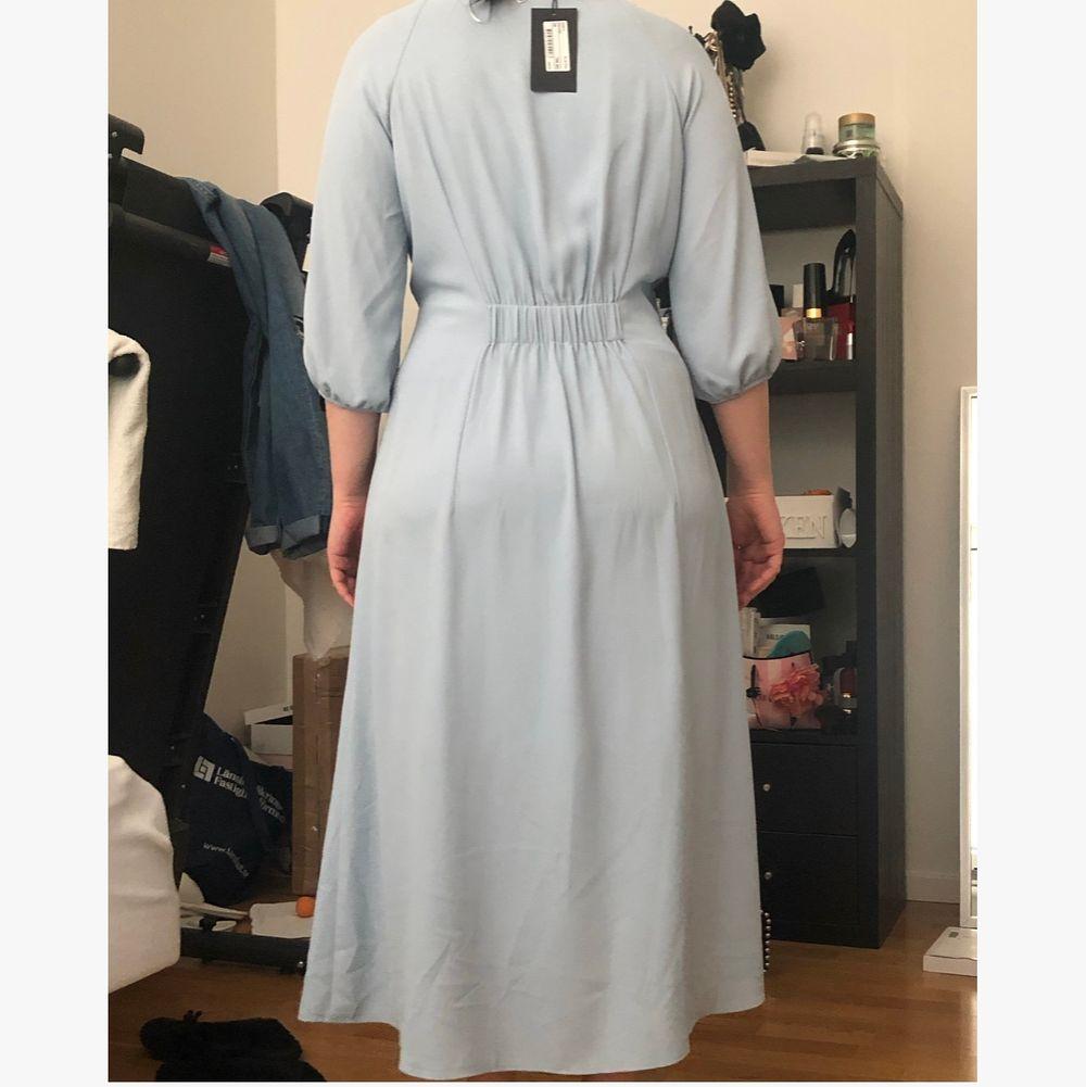 Säljer den här klänningen stl 38. Då den är helt oanvänd, prislappen finns fortfarande. Köptes för en månad sedan.  . Klänningar.