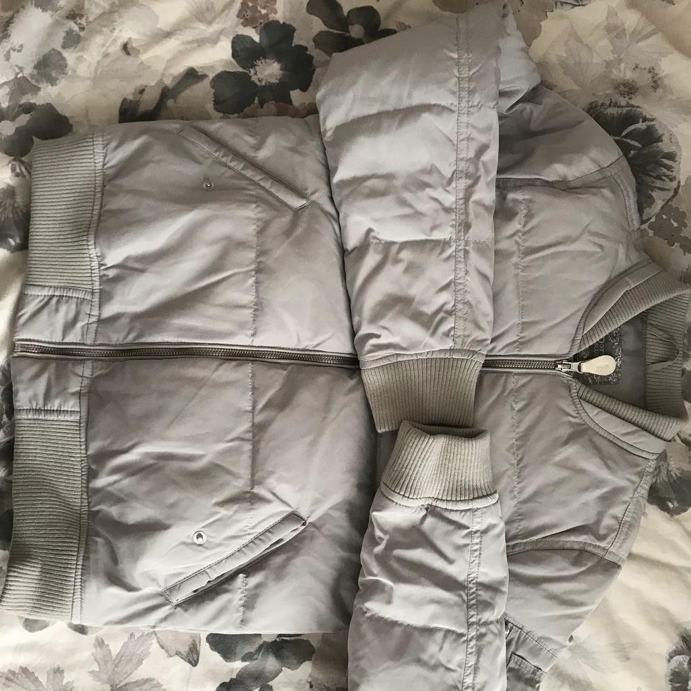 Säljer eftersom det är för små. Priset är inklusive frakt.. Jackor.