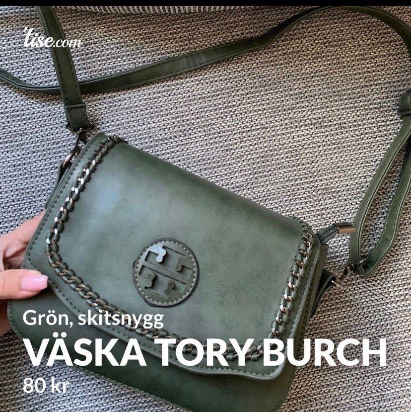Skitsnygg väska, märkeskopia från märket Tory Burch. Aldrig använd så i nyskick, det ända är att märket av någon anledning sticker upp om man kollar från sidan (se sista bilden) men ingenting man tänker på speciellt mycket!  Frakt tillkommer och betalning. Väskor.