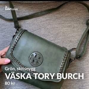Skitsnygg väska, märkeskopia från märket Tory Burch. Aldrig använd så i nyskick, det ända är att märket av någon anledning sticker upp om man kollar från sidan (se sista bilden) men ingenting man tänker på speciellt mycket!  Frakt tillkommer och betalning