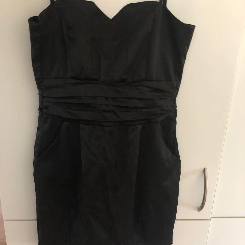 Svart klänning i storlek 34. Klänningar.