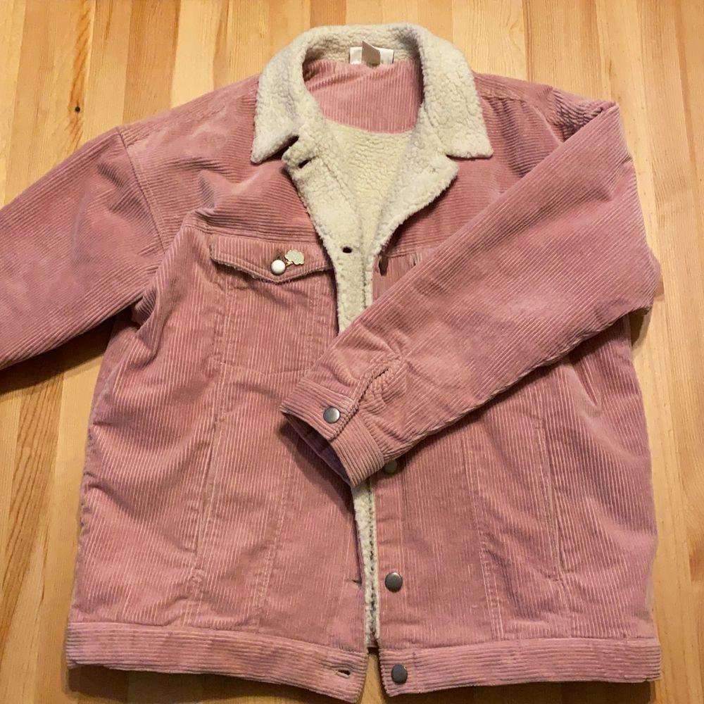 Monki jacka i fin vår färg. Storlek S dock är den oversize. Jackan är i nytt skick. Säljer den för den är lite för stor för mig. Frakt kostnad 35kr. Jackor.