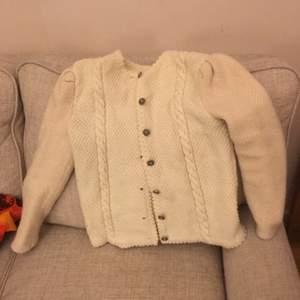 Jättesöt kofta med en hemvävd känsla. Varm och gosig. Ärmarna har nog mer ull i sig än resten av plagget och de verkar ha krympt i tvätten. För den med ganska smala armar (mina t ex som tillhör en lite smårund person) är det inga problem att använda.