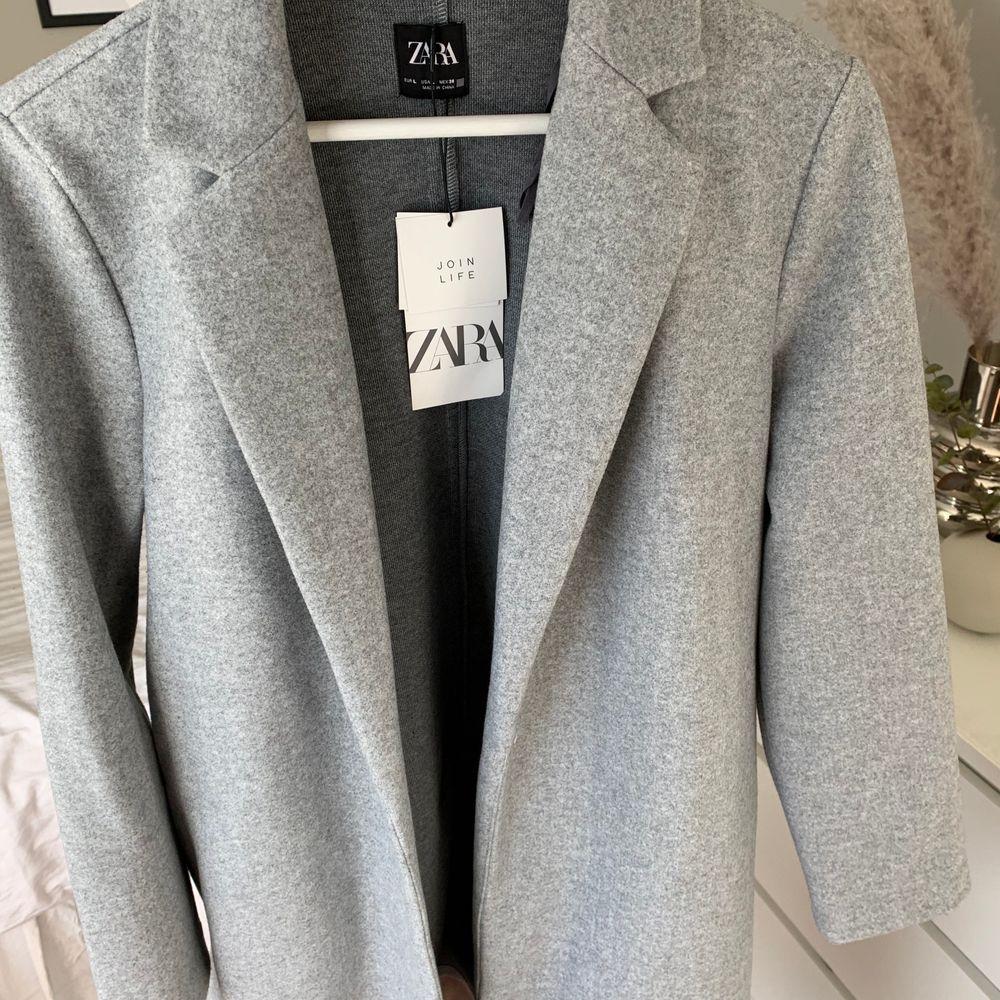 Grå kappa från Zara strl L, aldrig använd då den tyvärr inte passade mig :( frakt ingår <3. Jackor.