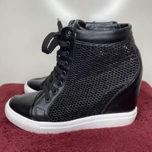 Superhäftiga sneakers med kilklack & mesh vid sidorna. {Frakt tillkommer eller hämtas i Upplands väsby}