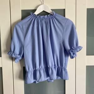 Säljer en helt ny blus från ginatricot, i storlek 36!
