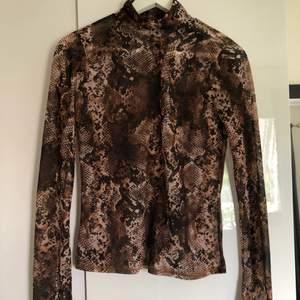 Fin långärmad tröja med polokrage. Använd få gånger. Tunt, lätt genomskinligt tyg. Frakt tillkommer!