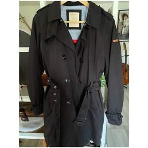 Riktigt snygg svart kappa från Esprit. Den är i nyskick!