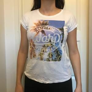 Jättesnygg t-shirt med ett mycket fint tryck på framsidan inför sommaren, storlek S🌸 Köparen står för frakten🌸
