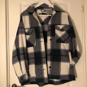 Säljer denna rutiga skjortjacka från Zara i storlek S. Men eftersom jackan är lite oversize känns den som M.