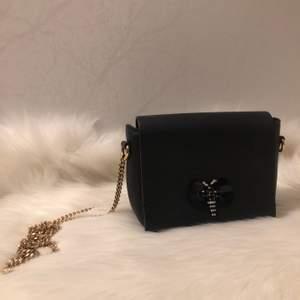 En liten svart Axelremsväska från Zara, knappt använd!