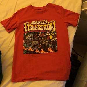 Hej! Säljer denna t-shirt med fräckt Håkan Hällström tryckt. Köpt på hans konsert i Göteborg 2017. Står ingen storlek men passar bäst en xs/s. Kan mötas upp i Göteborg eller frakta! :) hör av er vid frågor! BUDA I KOMMENTARERNA! Bud avslutas tisdag 19:00💖