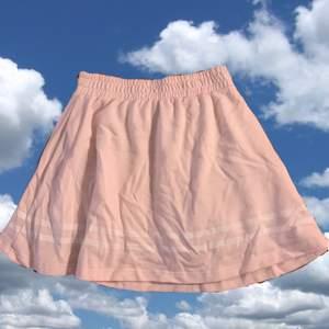 Säljer en rosa kjol med vit rand (baseball stil) i mjukis-tyg. Har också en siden-underkjol. Köpt på japansk loppis. Så himla fin och mysig men används aldrig:( Resor i midjan (typ som ett par mjukbyxor)
